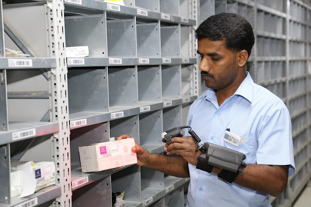 Use of RFID scanner in the parts warehouse-min