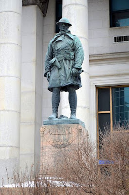 Memorial to soldiers who worked for the Bank of Montreal, outside the offices in Winnipeg, Canada (Wikimedia Commons - public domain)
