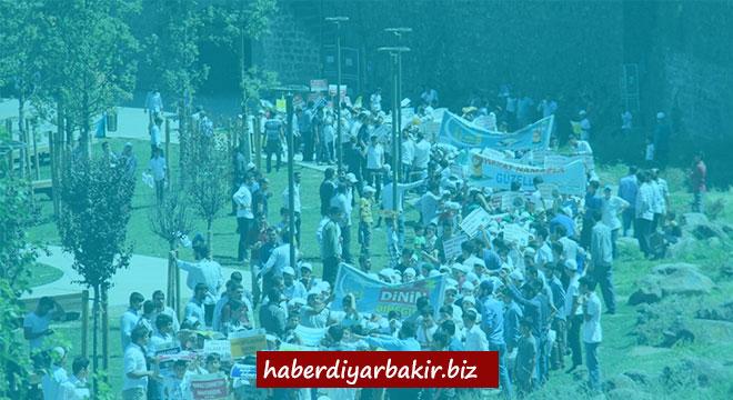 Zarokên Diyarbekirî ji bo nimêjê meşiyan