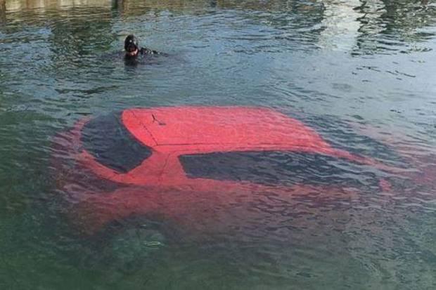 Andalkan GPS mobil malah terjun ke danau