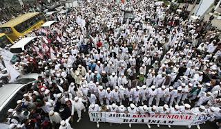 Sekitar 2 juta umat muslim dari seluruh Indonesia datang ke Jakarta untuk melakukan aksi damai terkait dugaan penistaan agama yang dilakukan oleh salah satu calon gubernur DK Jakarta Basuki Tjahya Purnomo atau Ahok di Kepulauan seribu. Aksi ini adlaah aksi demo pertama yang paling besar namun tetap damai. aksi