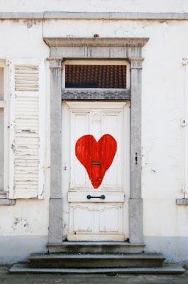 Porta com coração vermelho