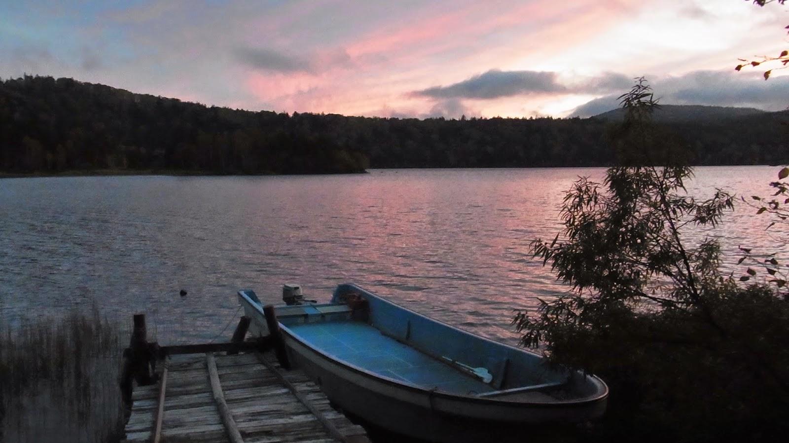暮れなずむ尾瀬沼とボート