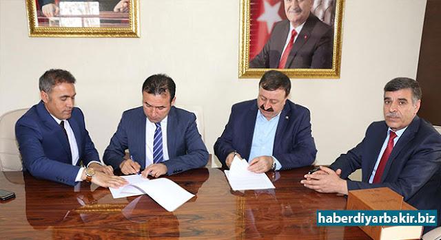 DİYARBAKIR-Kayapınar Belediye Başkanı Mustafa Kılıç ile Memur-Sen'e bağlı Bem-Bir-Sen Genel Başkan Yardımcısı Medeni Sevinç arasında bir yıllık Sosyal Denge Sözleşmesii mzalandı.