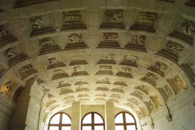Un plafond d'une grande salle de Chambord.