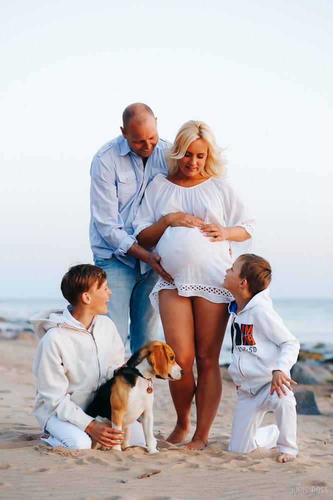 ģimenes fotoseisija pie jūras