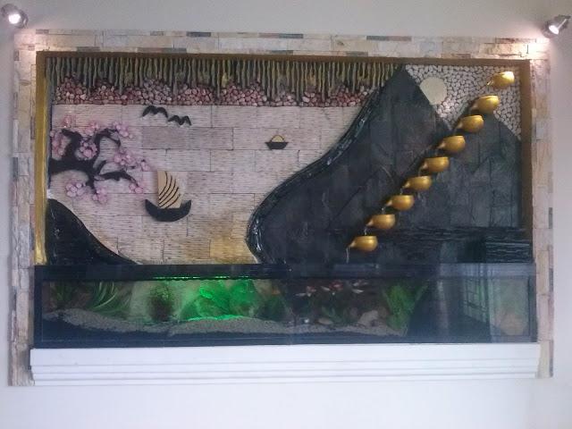 phía dưới thác, bạn nuôi thêm cá cho thêm phần sinh động