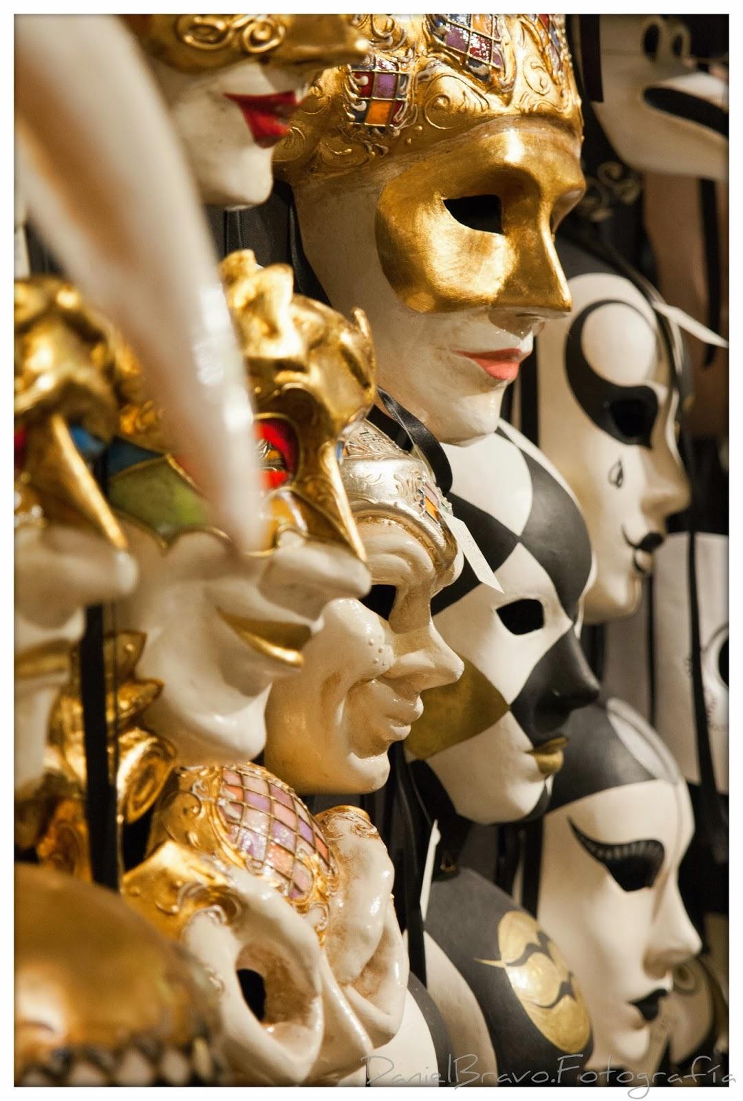 Detalle de una tienda de máscaras venecianas de carnaval