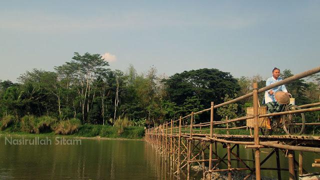 Menyeberangi Jembatan Sesek Temben