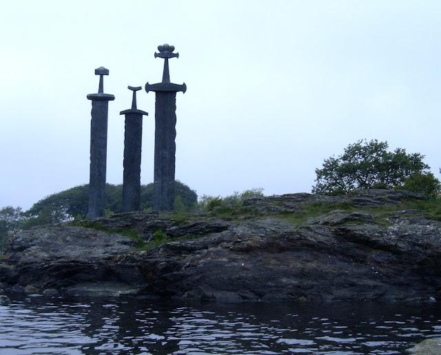 Hafrsfjord - pomnik upamietniający bitwę z 872 roku, wygraną przez Króla Haralda Pięknowłosego