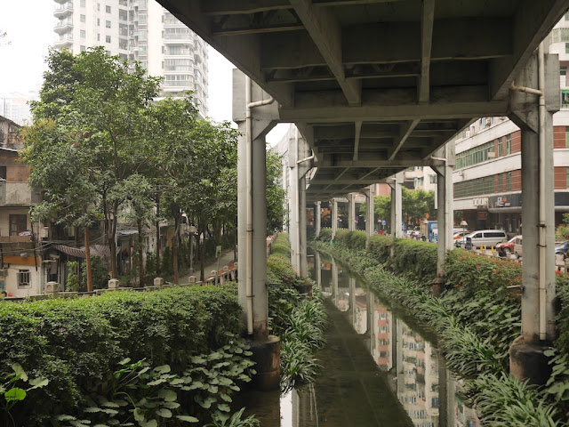 view from Donghua West Road facing northward under the Donghaoyong Elevated Road (东濠涌高架路)