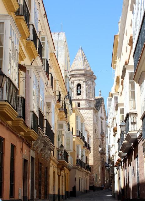Calle con catedral de Cádiz