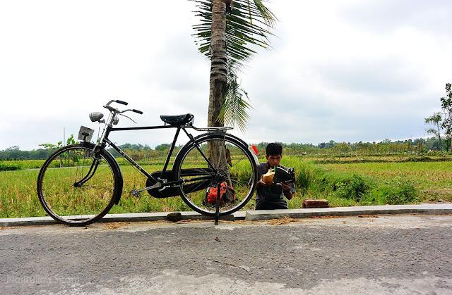 Sepedaan keliling kampung dan meyapa warga setempat
