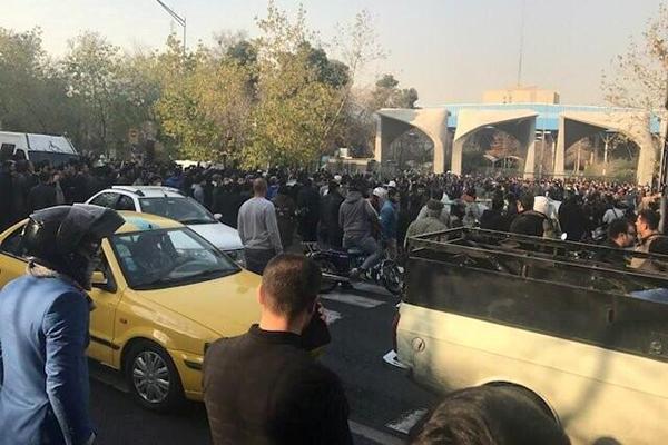 لمواجهة الاحتجاجات إيران تحظر استخدام بعض مواقع التواصل الاجتماعي