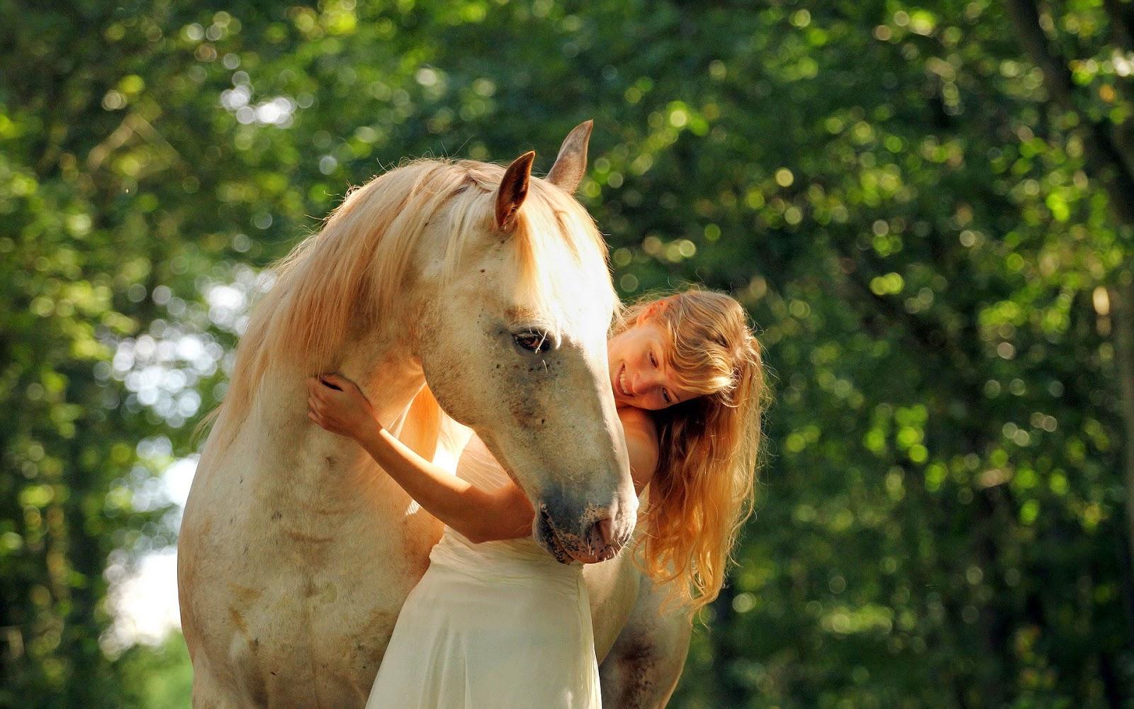 Vrouw omhelst paard