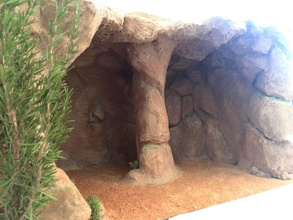 descripcin cueva grande con pequeo manantial a la derecha y realizada con simulacin de piedra y tierra en el fondo ideal para hacer la anunciacin o
