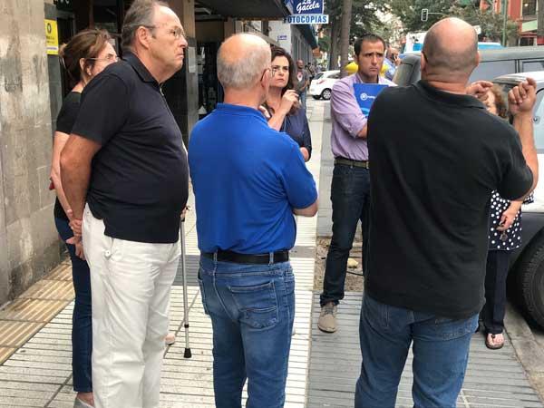 El concejal  del PP en la oposición, Ángel Sabroso, con vecinos y comerciantes en Primero de Mayo
