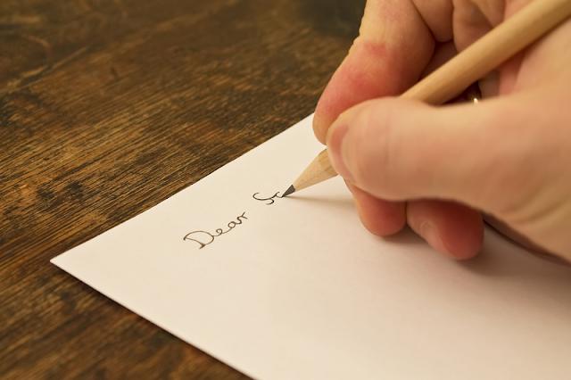 Gambar Orang Menulis Surat