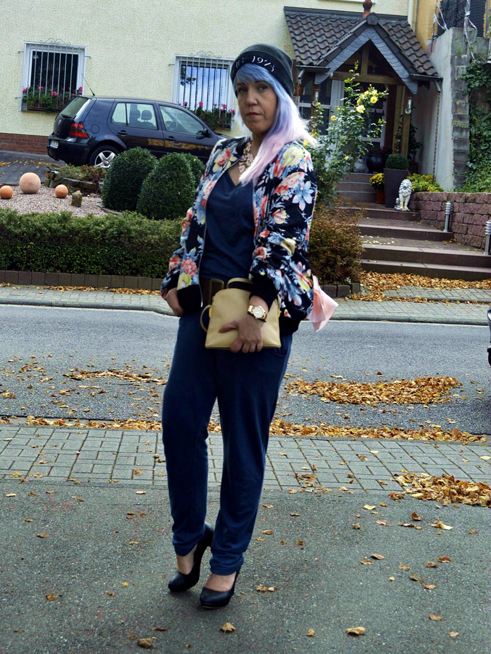 Petrol blue jumpsuit & flowerprinted Bomberjacket - Streetstyle look for autumn