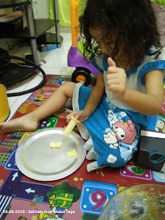 Gambar sakinah sedang buat kuih raya biskut dahlia