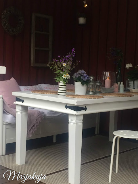 terassin valkoinen pöytä