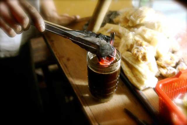 kopi jos adalah salah satu menu yang sangat di gemari di angkringan lik man