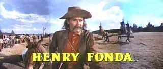 Fotograma de La conquista del Oeste con los créditos. En la imagen aparece un primer plano de Henry Fonda con su crédito correspondiente