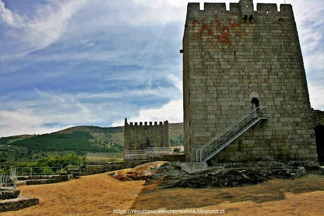 Torre de Menagem à frente e Torre do Relógio ao fundo do Castelo de Linhares da Beira