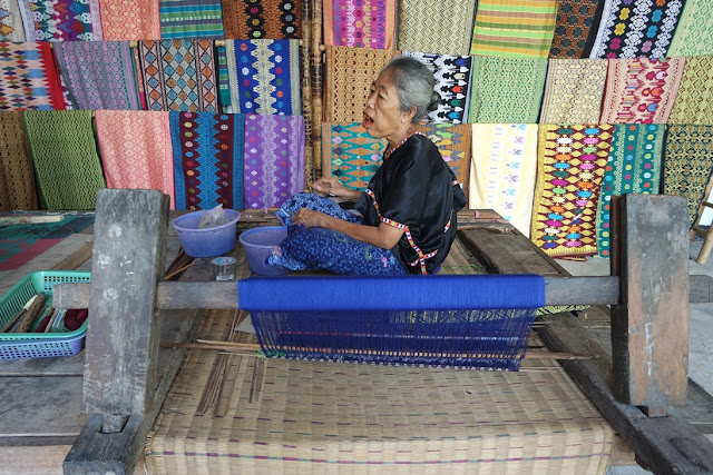 kain tenun desa sukarara lombok