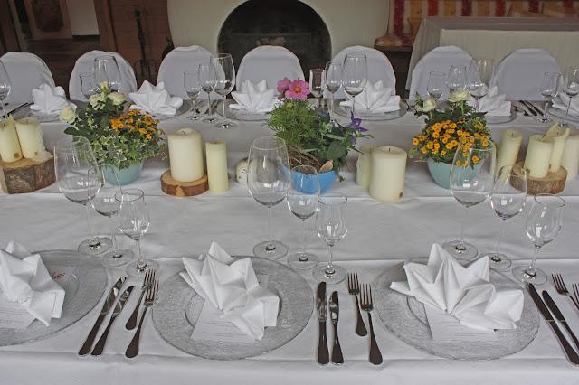 Hochzeitstafel mit bunten Sommerblumen -  Seehaus am Riessersee, Riessersee Hotel Garmisch-Partenkirchen, #Riessersee #Hochzeit #Garmisch #bunte Wiesenblumen #Riessersee Hotel #heiraten #Bergwiese #freie Trauung