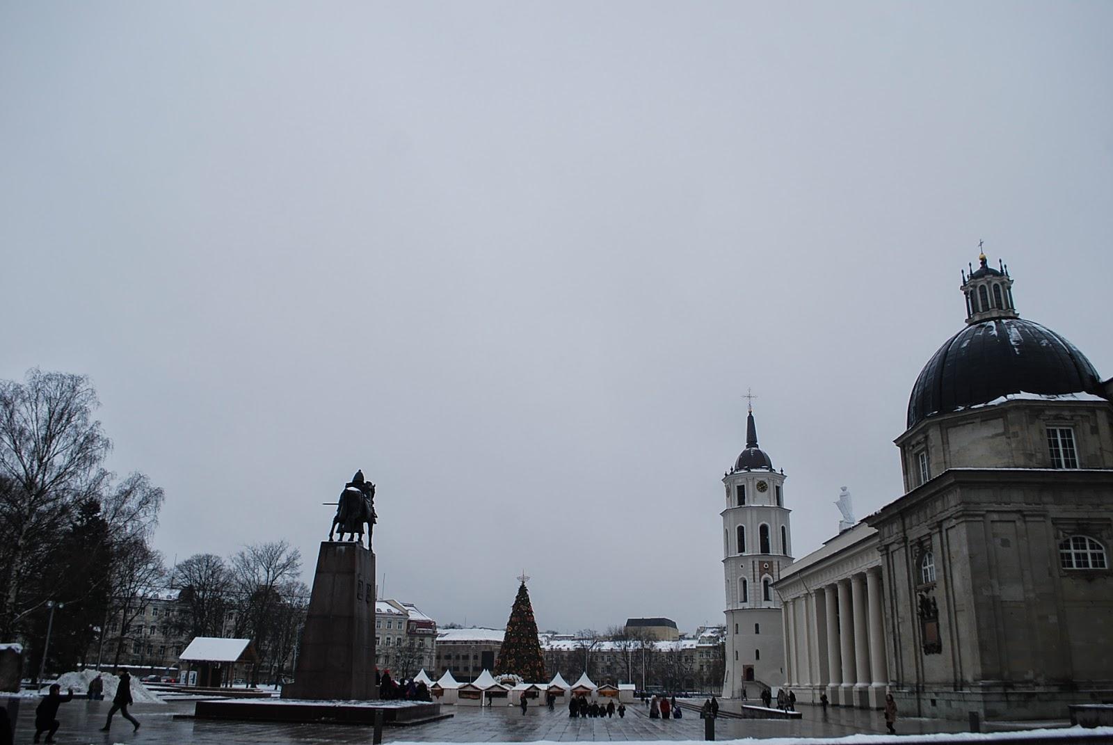 Вид открывающийся на кафедральную площадь со стороны Башни Гедимина.