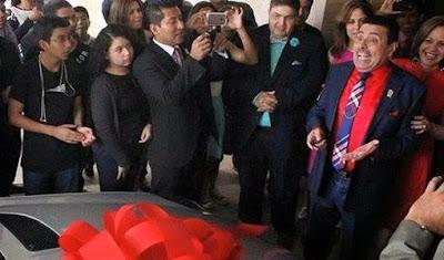 Rodolfo Font recibiendo automóvil como regalo