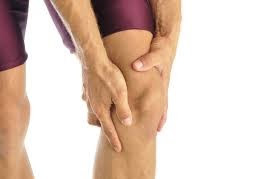 ¿Cuáles son algunos buenos ejercicios para ayudar a tratar golpes de rodilla?