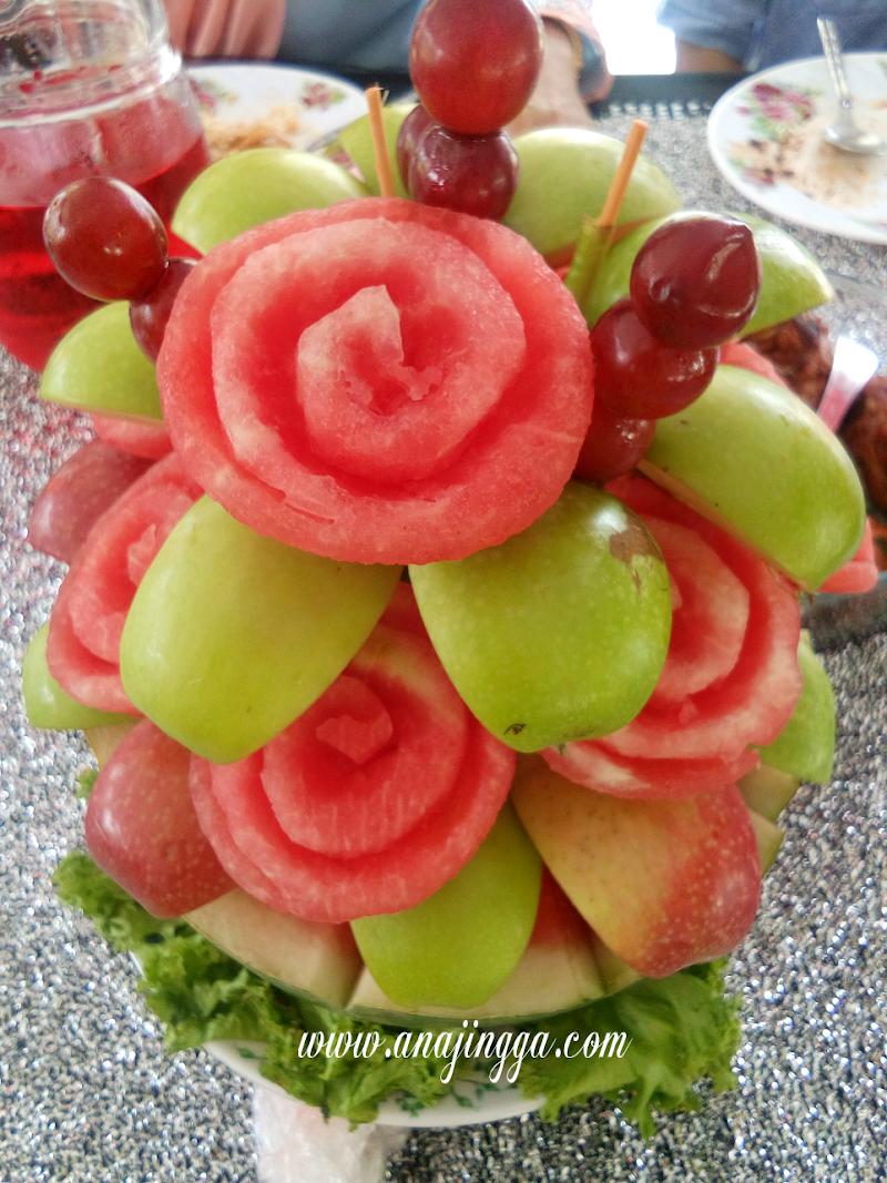 Gubahan Buah-buahan di Meja Makan Beradap