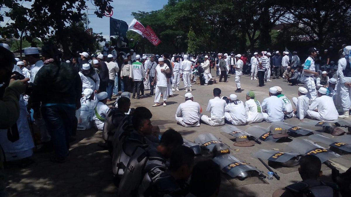 Ratusan massa FPI mengawal Habib Rizieq di Polda Jabar