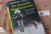Andreas mit Rucksack, neben sich Schweißhund Cleo