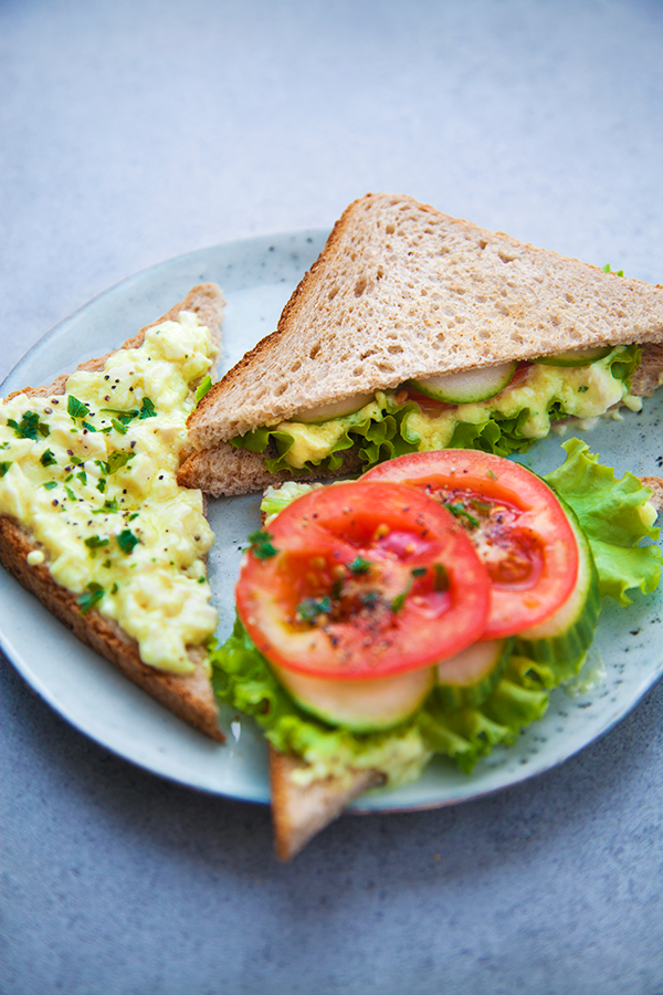club-sandwich façon salade d'oeufs en mayonnaise et ses crudités vegan