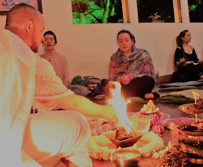 El Homa es una práctica milenaria de la India. En este ritual sagrado, el fuego (Agni) es prendido en el Homa Kund (fuego de sacrificio) y diferentes energías conscientes (deidades) son invocadas a través del canto de mantras y a través de diferentes posturas (mudras). El Fuego Sagrado actúa como un enlace entre la conciencia del hombre y la conciencia cósmica.