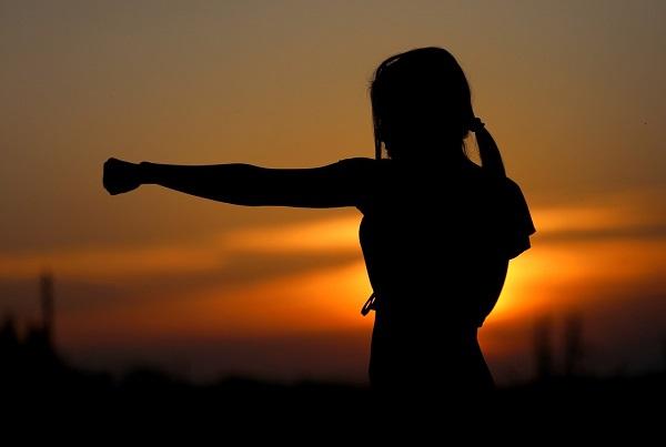 Imagem de uma pessoa em posição de luta