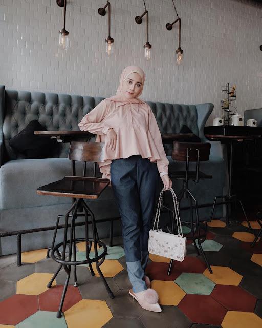 OOTD Baju Hijab Kekinian Ala Selebgram 2018 pashmina top blouse kemeja tas slingbag rosegold ciput rajut cream longpants jeans denim dark blue loafers and slip ons jangam tangan layar sentuh putih gaya casual bahan kain katun ootd outfit selebgram 2018 kekinian meja kursi