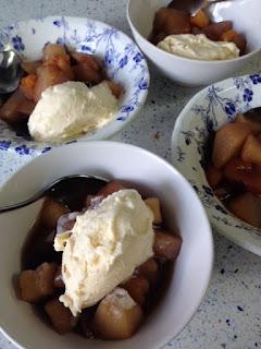 Compota de invierno con helado de vainilla