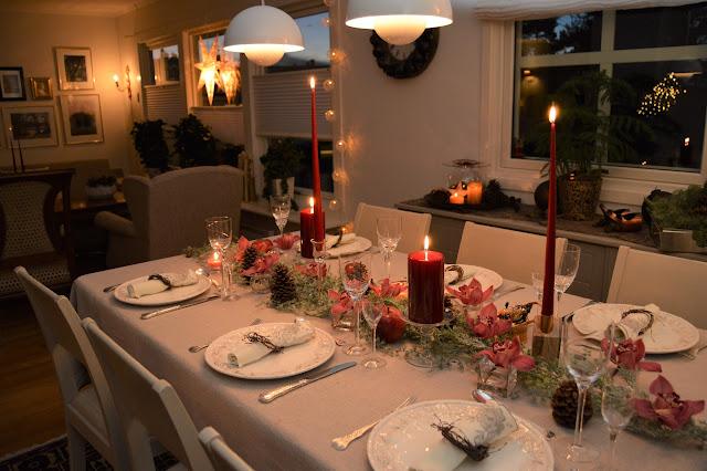 Borddekking med dyprøde lys og orkideer til jul. Velkommen til bords. Furulunden DSC_0099