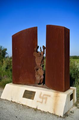 Arles: une croix gammée sur le mémorial d'un camp tzigane dans - ECLAIRAGE - REFLEXION a7