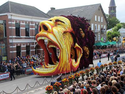 Escultura gigante con miles de Dalias