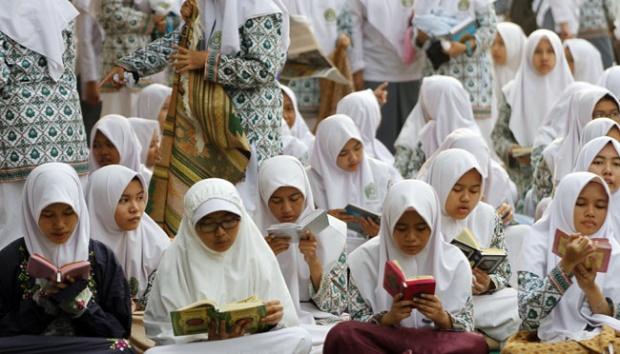 Ahok: Saya Tidak Melarang Siswi Memakai Jilbab