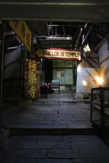 lewat pasar masuk ke kuil ke lok si