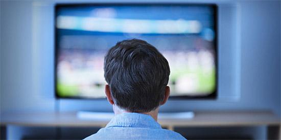 Assistindo TV - perto da TV