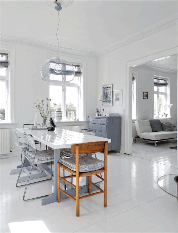 comador con mesa blanca brillante y sillas gris chicanddeco