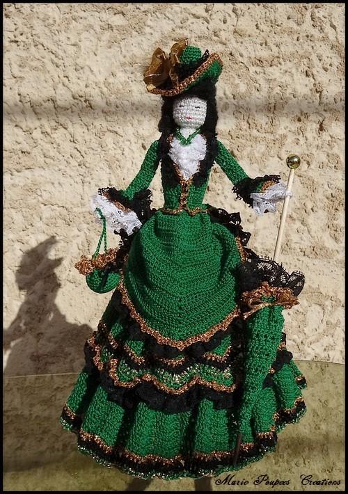 Poupée robe à tournure en 1875