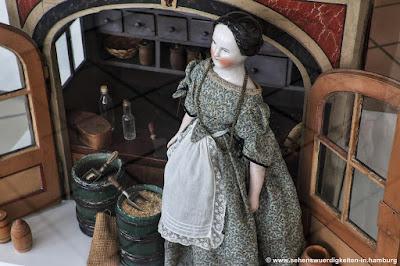 Porzellanpuppe am Verkaufsstand im Puppenmuseum Falkenstein Hamburg